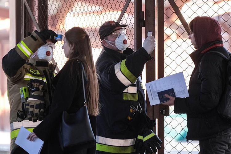 Giới chức Ba Lan đo thân nhiệt các hành khách đi tàu đến từ Ukraine tại nhà ga thị trấn Przemysl hôm 10/3. Ảnh: Reuters