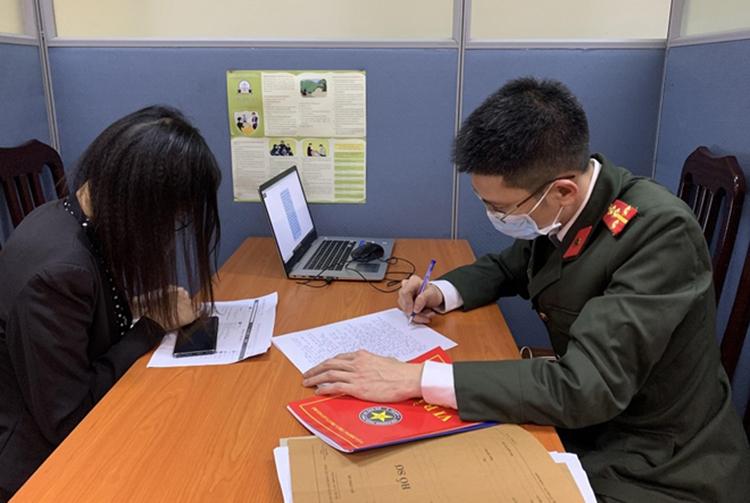 Nhà chức trách làm việc với Quỳnh. Ảnh: Công an Hà Nội.