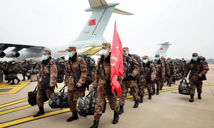 Các nhân viên quân y Trung Quốc tại sân bay quốc tế Vũ Hán ngày 2/2. Ảnh: Reuters.
