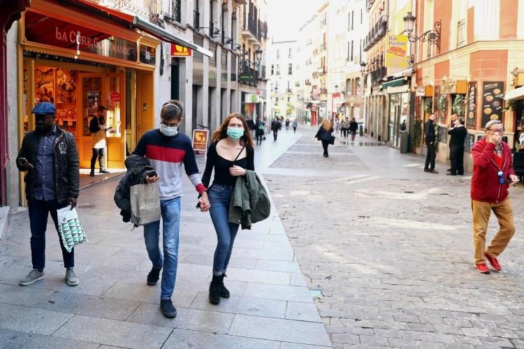 Người dân Madrid mang khẩu trang hôm 13/3. Ảnh: Reuters.
