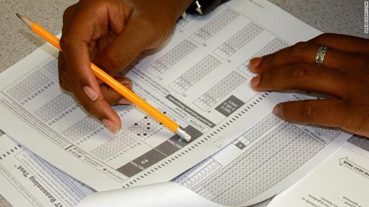 Thí sinh làm bài thi SAT. Ảnh: Greg Kilday/ CNN.
