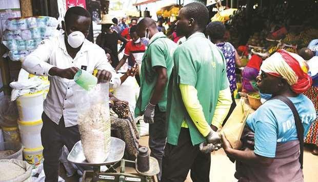 Một người bán hàng đeo khẩu trang tại chợ Kimironko, thủ đô Kigali, Rwanda hôm 17/3. Ảnh: Reuters