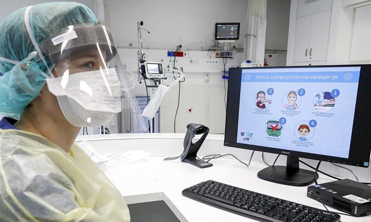 Nhân viên y tế mặc đồ bảo hộ tại bệnh viện của đại học Samson Assuta Ashdod, thành phố Ashdod, Israel ngày 16/3. Ảnh: AFP.
