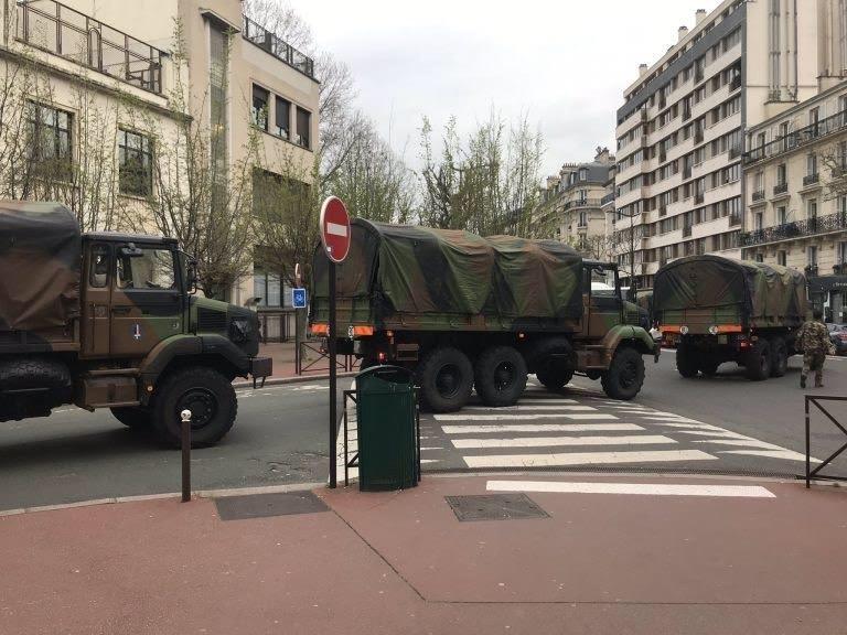 Xe quân đội đã có mặt trên đường phố tại Paris, Pháp. Ảnh: Diệu Linh