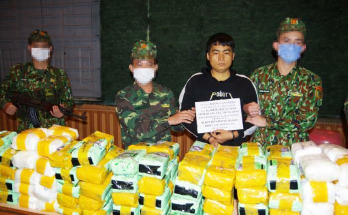Một trong ba nghi phạm cùng số ma túy bị bắt. Ảnh: B.P
