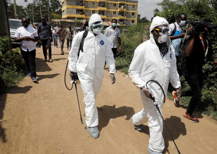 Nhân viên y tế khử trùng khu dân cư nơi người nhiễm nCoV đầu tiên của Kenya sinh sống, tại thị trấn Rongai gần thủ đô Nairobi, hôm 14/3. Ảnh: Reuters