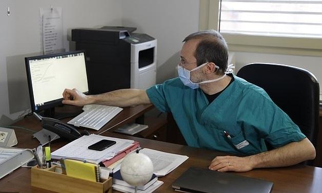 Bác sĩ Sergio Cattaneo tại phòng làm việc thuộc bệnh viện công ở Brescia, miền bắc Italy. Ảnh: AP.