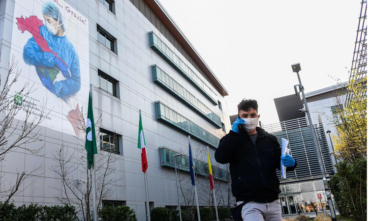 Người đàn ông đeo khẩu trang tại Bệnh viện Papa Giovanni XXIII, ở thành phố Bergamo. Ảnh: AFP.