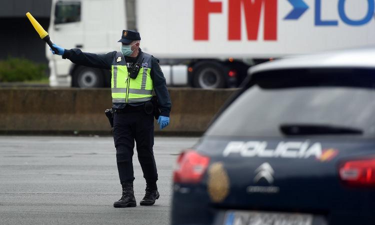 Cảnh sát Tây Ban Nha tại một chốt kiểm soát biên giới hôm 17/3. Ảnh: AFP.