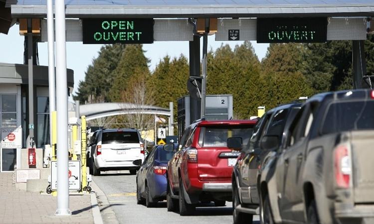 Xe đi qua hải quan Canada tại biên giới Mỹ - Canada ở British Columbia ngày 16/3. Ảnh: Reuters.