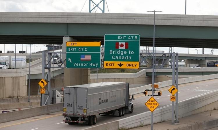 Xe tải tại Detroit, Mỹ lên cầu để sang Canada tháng 10/2018. Ảnh: Reuters.