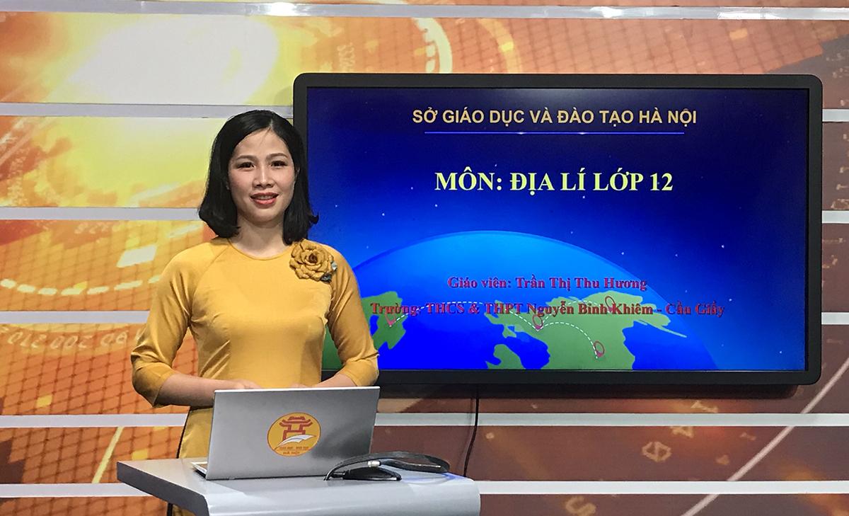Cô Trần Thị Thu Hương trong buổi ghi hình bài giảng Địa lý lớp 12 tại Đài Phát thanh và Truyền hình Hà Nội sáng 17/3. Ảnh: Nhân vật cung cấp.