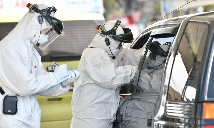 Nhân viên y tế tại một trạm xét nghiệm lưu động phía bắc thủ đô Seoul. Ảnh: AFP.