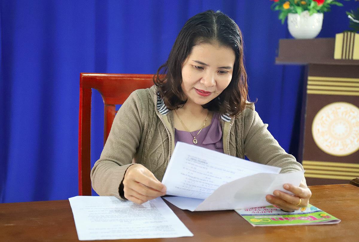 Cô Hiền kiểm tra lại các phiếu bài tập để trình lên Ban giám hiệu. Ảnh: Đức Hùng