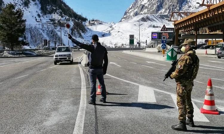 Cảnh sát biên giới tiến hành kiểm tra phương tiện tại đường hầm Mont Blanc ở Courmayeur, Italy, ngày 17/3. Ảnh: Reuters.