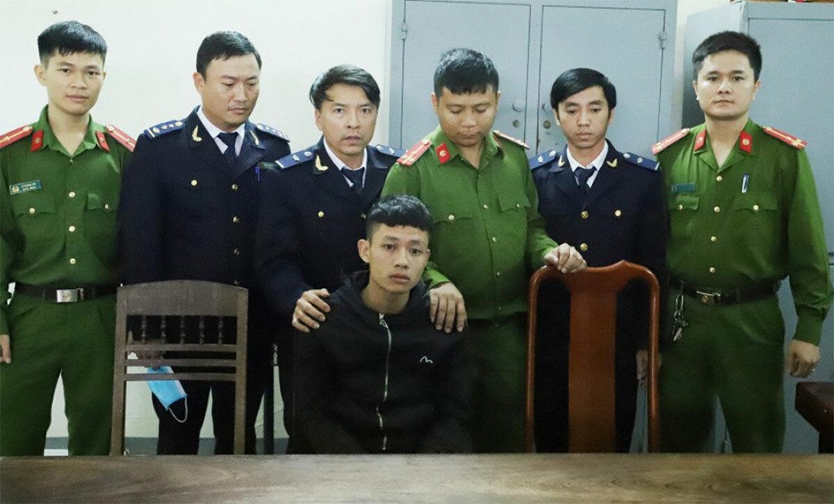 Nghi can Ngà (áo đen, hàng đầu tiên) tại cơ quan điều tra. Ảnh: C.A