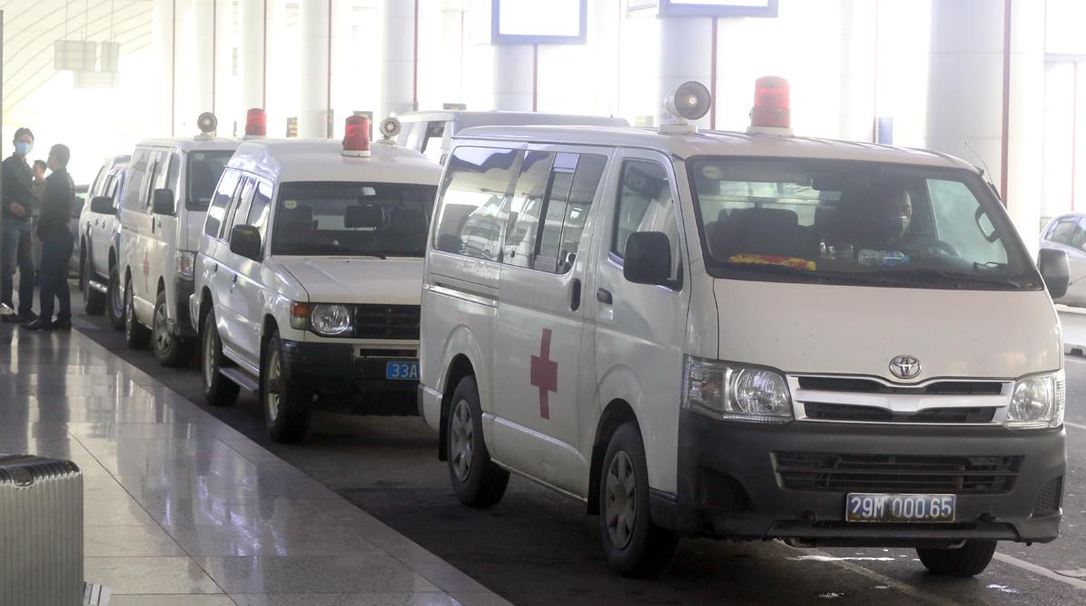4 xe ôtô túc trực ở sân bay Nội Bài để lấy các mẫu bệnh phẩm tại sân bay về trung tâm xét nghiệm. Ảnh: Bá Đô