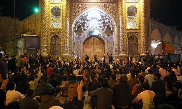Người Iran tập trung hò hét đòi mở cửa đền - ảnh 1