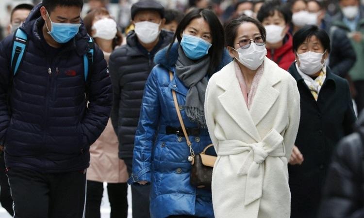 Người dân Nhật Bản đeo khẩu trang phòng dịch trên đường phố Tokyo hồi tháng 2. Ảnh: Kyodo News.