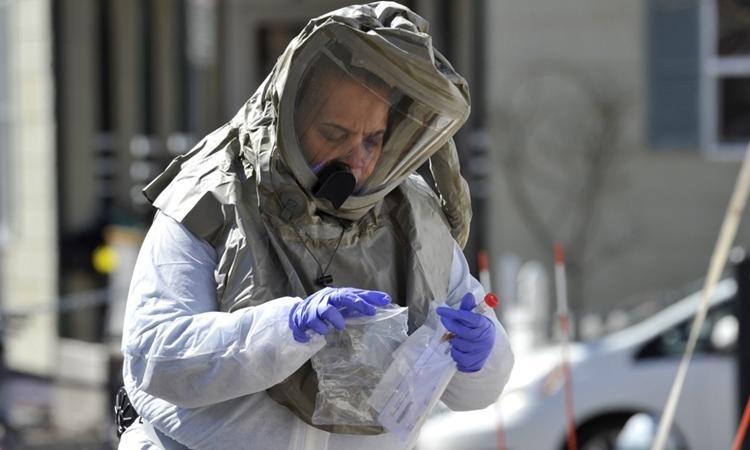 Y tá cầm kit xét nghiệm tại Massachusetts, Mỹ ngày 18/3. Ảnh: AFP.