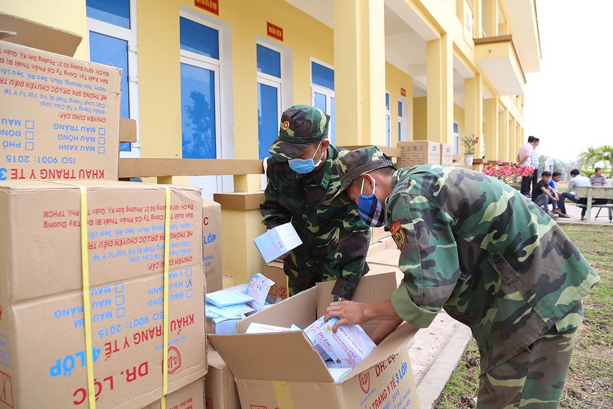 Biên phòng cửa khẩu quốc tế Lao Bảo kiểm đếm số khẩu trang. Ảnh: Hoàng Táo