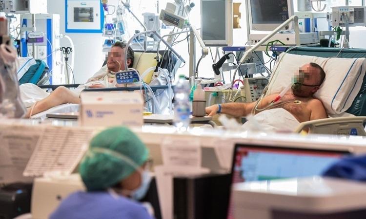 Bệnh nhân nhiễm nCoV được điều trị trong phòng chăm sóc tích cực thuộc một bệnh viện vùng Lombardy hôm 17/3. Ảnh: AFP.