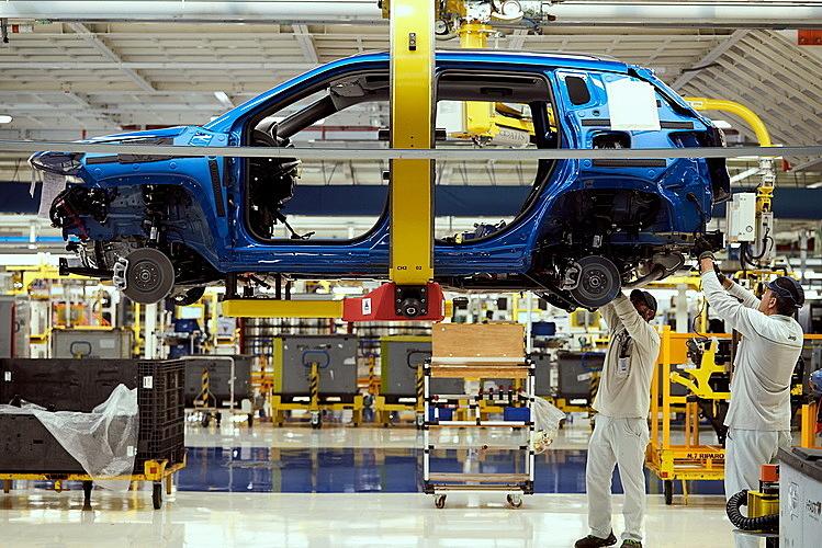Công nhân làm việc tại một nhà máy Jeep ở Italy. Ảnh: Supplied