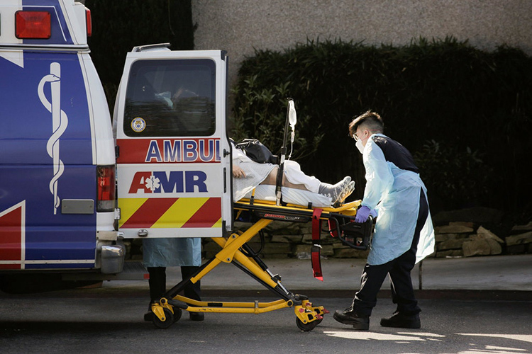 Nhân viên y tế tiếp nhận một bệnh nhân Covid-19 tại viện dưỡng lão ở thành phố Kirkland, bang Washington hôm 2/3. Ảnh: Reuters