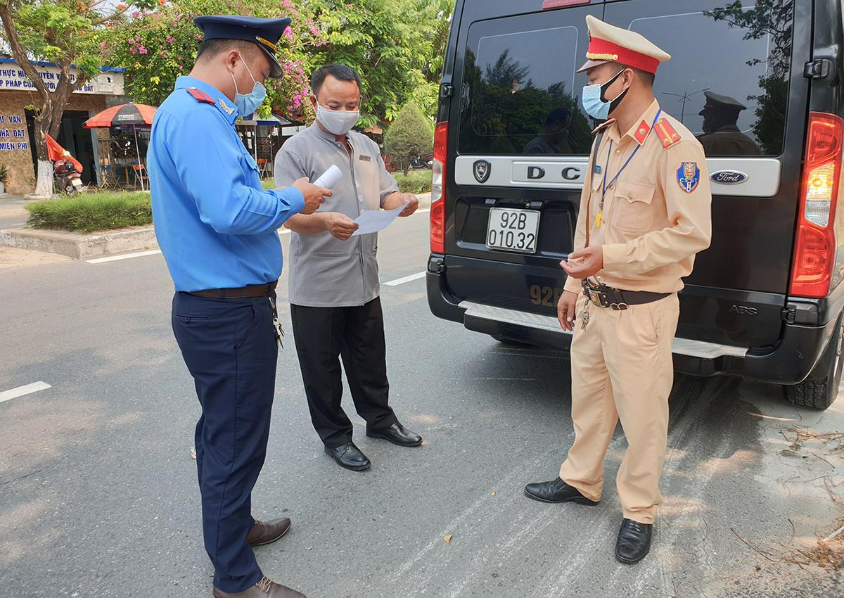 Tổ công tác dừng xe chở khách du lịch để yêu cầu đeo khẩu trang đường DDT603, TP Hội An. Ảnh: Đắc Thành.