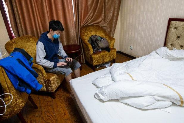 Du học sinh Trung Quốc đeo khẩu trang trong phòng khách sạn được dùng làm khu vực cách ly tại thành phố Thái Nguyên, tỉnh Sơn Tây ngày 17/3. Ảnh: Reuters.