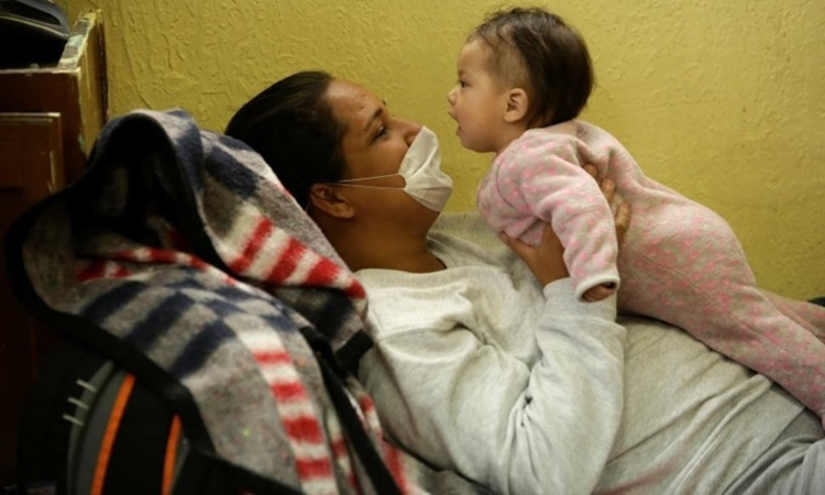 Một người di cư từ Brazil vào Mỹ bị trục xuất chơi đùa với con gái tại trại tị nạn Mục sư El Buen ở Ciudad Juarez, Mexico, ngày 18/3. Ảnh: Reuters.