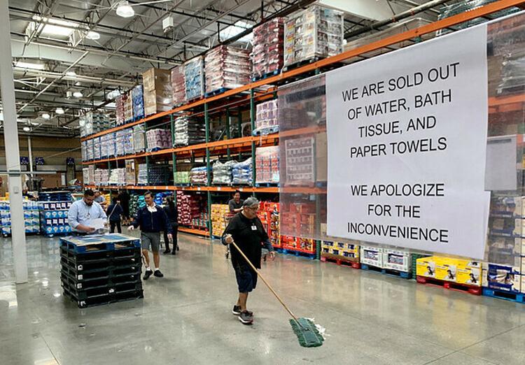 Một siêu thị tại Mỹ treo bảng Chúng tôi đã hết nước, giấy vệ sinh và giấy ăn, ngày 2/3. Ảnh: SCNG.