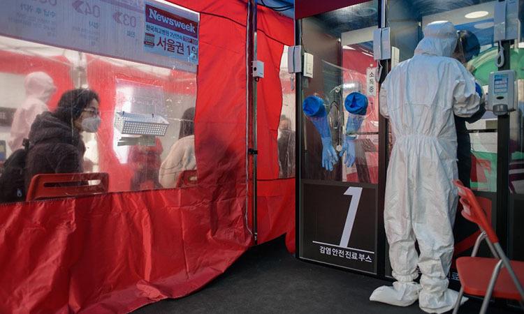 Y tá tiến hành xét nghiệm nCoV tại một trạm xét nghiệm bên ngoài bệnh viện Yangji, Seoul, Hàn Quốc hôm 17/3. Ảnh: AFP.