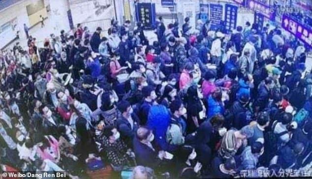 Cảng vịnh Thâm Quyến đông nghịt người chờ nhập cảnh hôm 16/3. Ảnh: Weibo/Dang Ren Bei