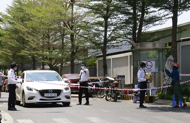 Người ra vào chung cư M.One Nam Sài Gòn bị hạn chế. Ảnh: Hữu Công