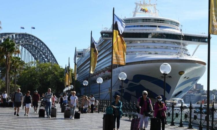 Hành khách rời du thuyền Ruby Princess tại Circular Quay, Sydney, Australia, hôm 19/3. Ảnh: Reuters.