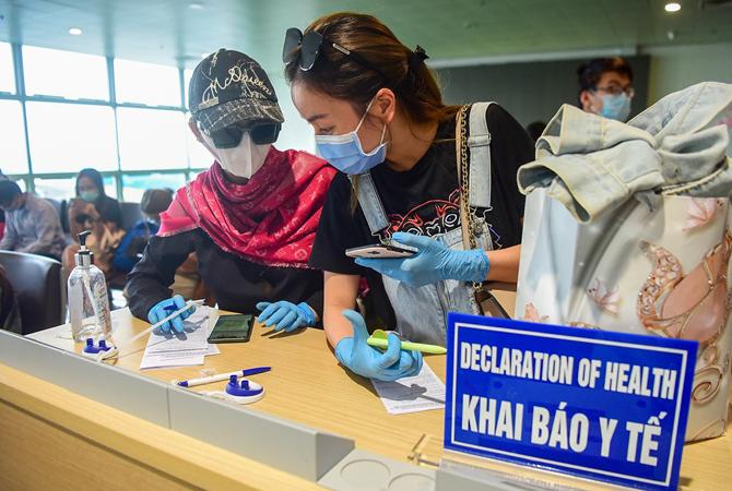 Hành khách khai báo y tế tại sân bay Nội Bài ngày 18/3. Ảnh: Giang Huy.