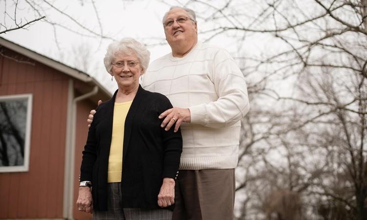 Vợ chồng Ted Buckley tại thị trấn Wellsville, bang Kansas, Mỹ. Ảnh: Washington Post.