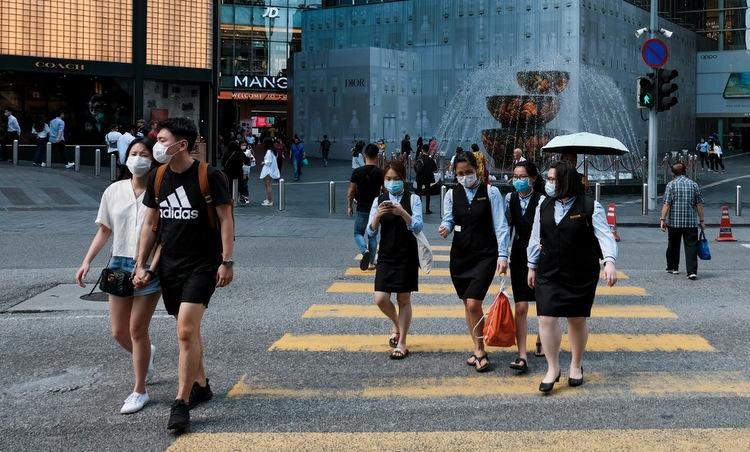 Người dân trên đường phố Kuala Lumpur hôm 16/3. Ảnh: AFP.