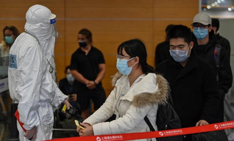Hành khách đáp xuống sân bay quốc tế Thượng Hải hôm 19/3. Ảnh: AFP.