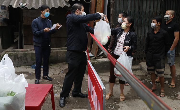 Phường Dịch Vọng, quận Cầu Giấy, Hà Nội cung cấp nhu yếu phẩm cho các hộ dân trong khu vực cách ly ở ngõ 165 Cầu Giấy. Ảnh: Ngọc Thành.