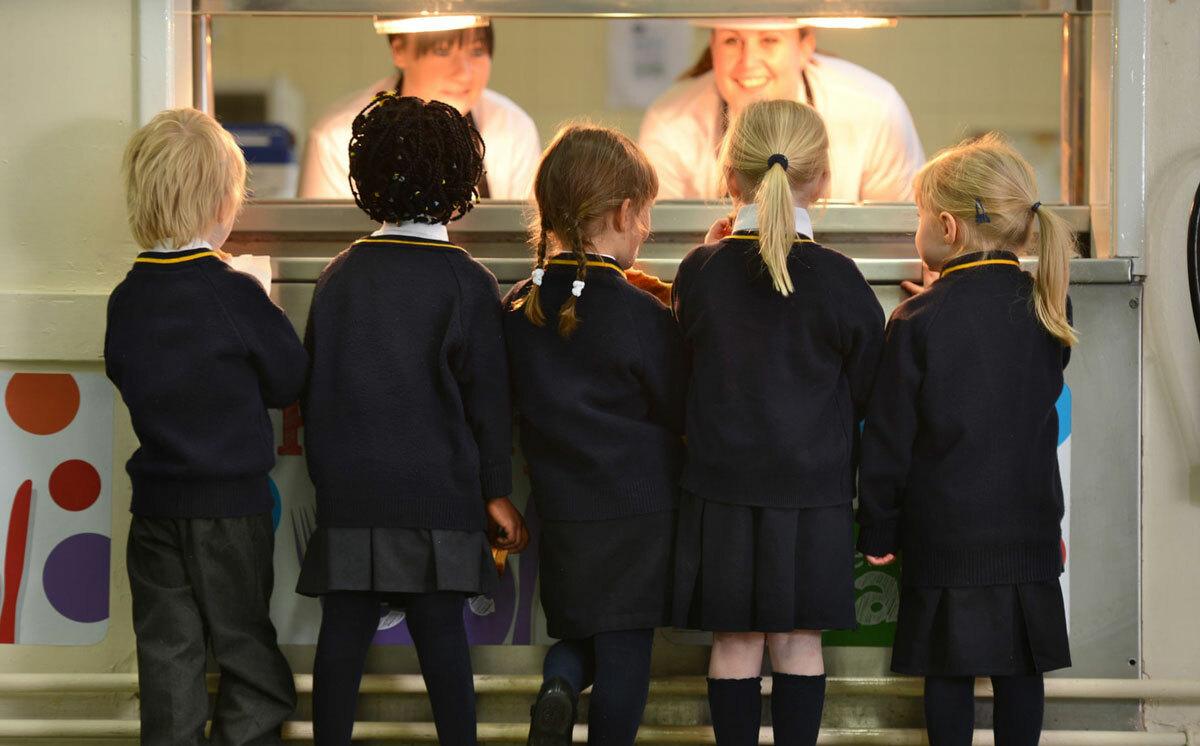 Trẻ nhận bữa trưa tại trường học Anh. Ảnh: Alamy
