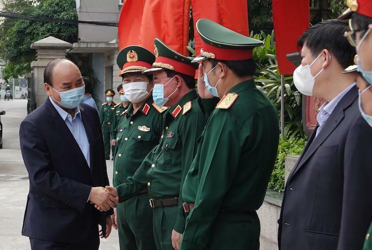 Thủ tướng bắt tay cảm ơn lãnh đạo Bộ Quốc phòng trước cuộc làm việc chiều 22/3. Ảnh: Hoàng Thuỳ
