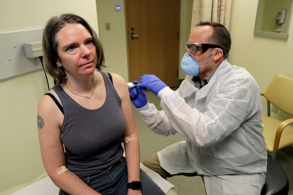 Dược sĩ tiêm cho cô Jennifer Haller (trái) mũi tiêm đầu tiên trong thử nghiệm lâm sàng nghiên cứu tính an toàn của loại vaccine tiềm năng vào ngày 16/3 tại Viện nghiên cứu y tế Kaiser Permanente Washington tại thành phố Seattle, bang Washington, Mỹ. Ảnh: Ted S. Warren.