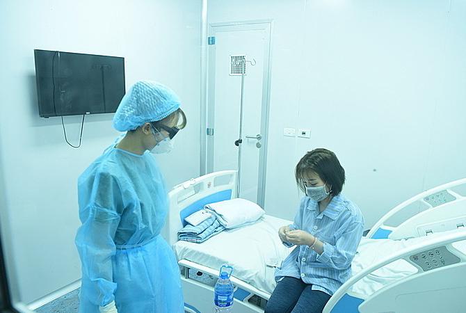 Điều dưỡng chăm sóc cho bệnh nhân viêm phổi đang điều trị cách ly tại Bệnh viện Bệnh Nhiệt đới Trung ương cơ sở 2, ngày 31/1. Ảnh:Giang Huy.