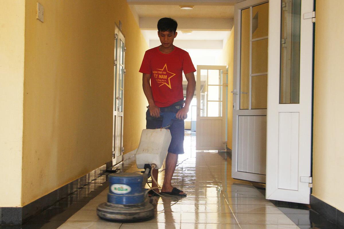 Chung cư Hương Sơ đang được dọn dẹp để làm khu cách ly tập trung. Ảnh: Võ Thạnh