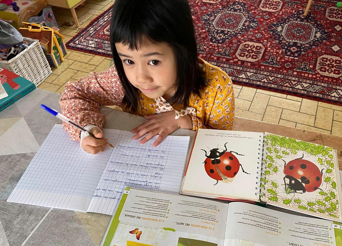 Con gái thứ hai của chị Nguyên-Kan tự học tại nhà. Ảnh: Nguyên-Kan.
