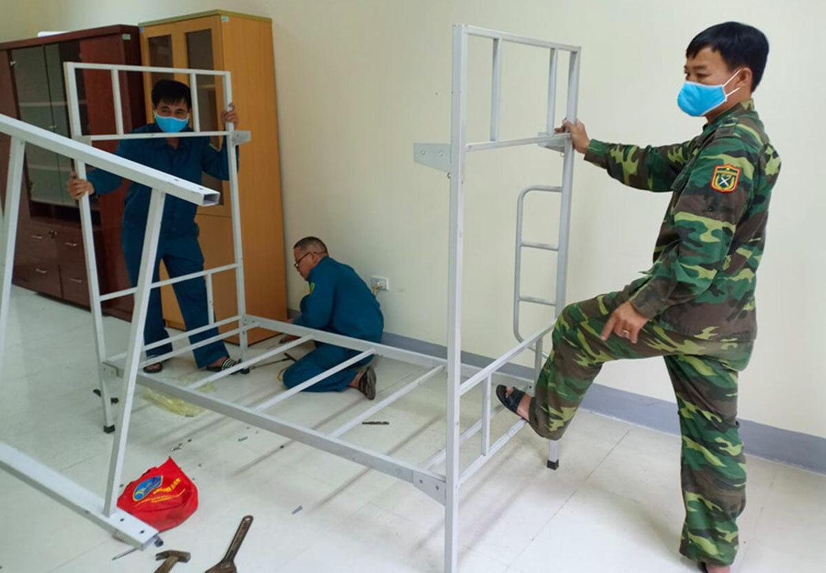 Nhà chức trách lắp giường tại khu cách ly cấp xã. Ảnh: Gia Hân