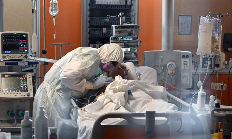 Nhân viên y tế điều trị cho bệnh nhân tại một bệnh viện ở Rome, Italy hôm 24/3. Ảnh: AFP.