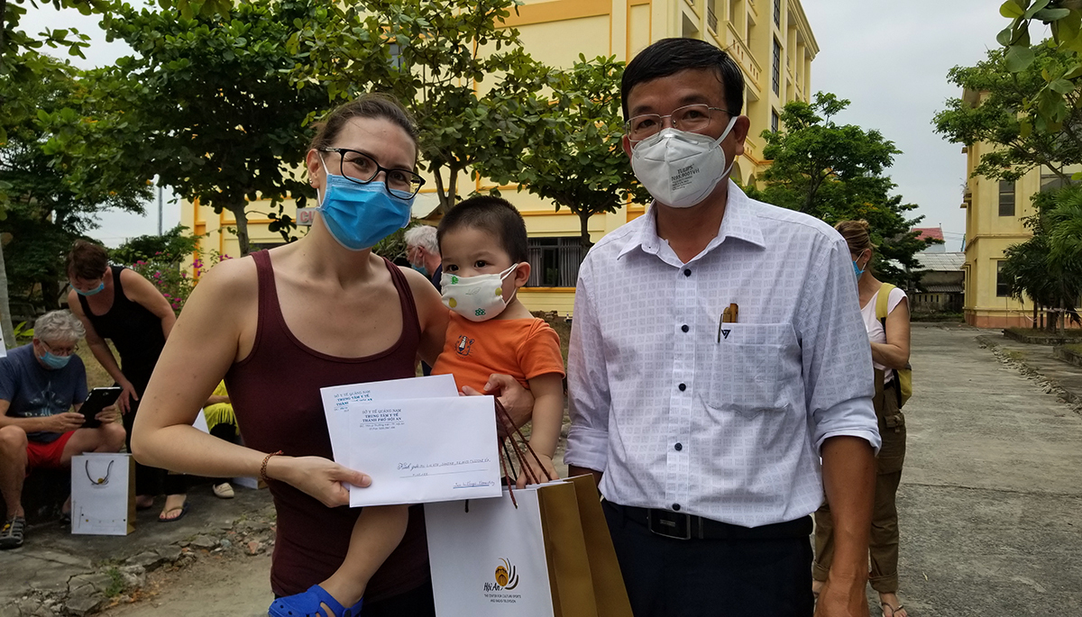 Ông Nguyễn Thế Hùng, Phó chủ tịch TP Hội An trao giấy chứng nhận cho du khách. Ảnh: Đắc Thành.